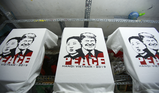 도널트 트럼프 미국 대통령과 김정은 북한 국무위원장의 얼굴이 프린트된 티셔츠가 21일(현지시간) 베트남 하노이 한 공장에서 제작되고 있다. [AP=연합뉴스]