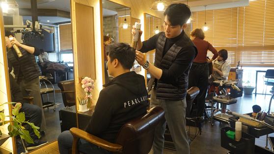 지난 3일 펄어비스 직원이 회사 인근 미용실에서 머리를 손질하고 있다. 펄어비스는 직원들의 미용실 커트 비용을 매달 지원하고 있다. [사진 펄어비스]