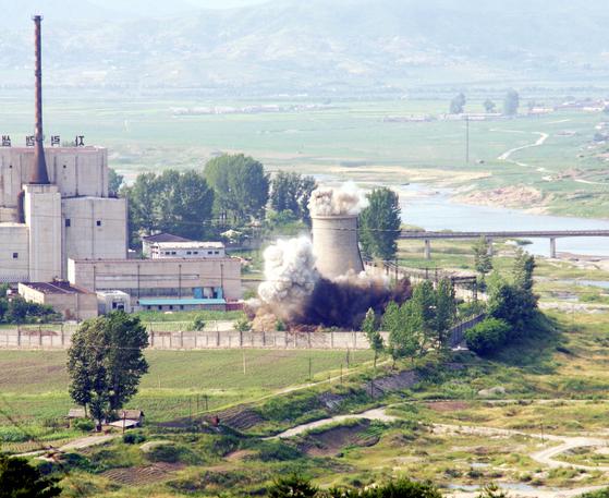 사진은 2008년 6월 27일 북한이 비핵화 의지를 과시하기 위해 영변 원자로의 냉각탑을 폭파하는 장면. [연합뉴스]