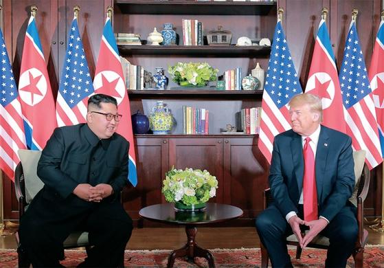 트럼프 미국 대통령은 2월 27~28일 베트남에서 김정은 북한 국무위원장과 2차 북·미 정상회담을 갖는다. 사진은 2018년 6월 싱가포르에서 열린 1차 북·미 정상회담. / 사진:연합뉴스