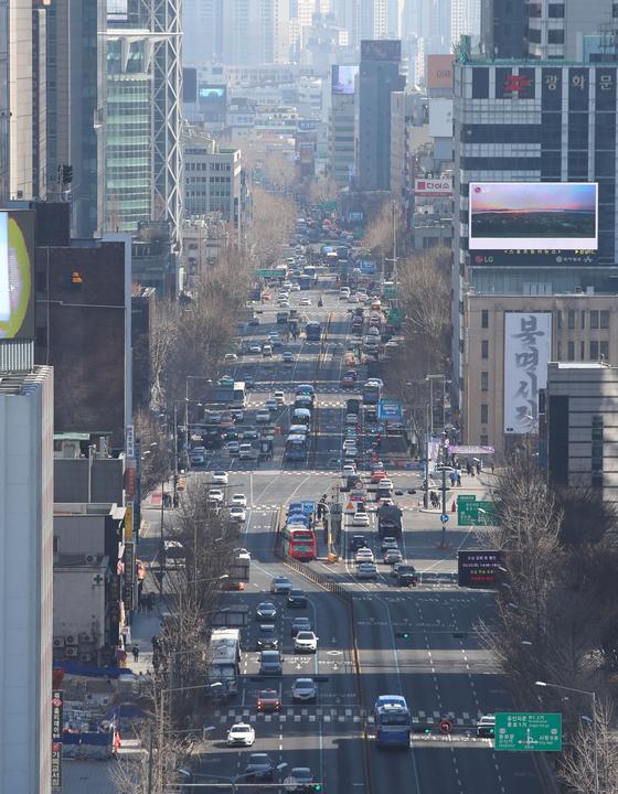 서울시가 23일 낮 12시를 기준으로 서울 지역 초미세먼지 주의보가 해제됐다고 밝혔다. 사진은 23일 서울시 광화문 네거리 모습. [연합뉴스]