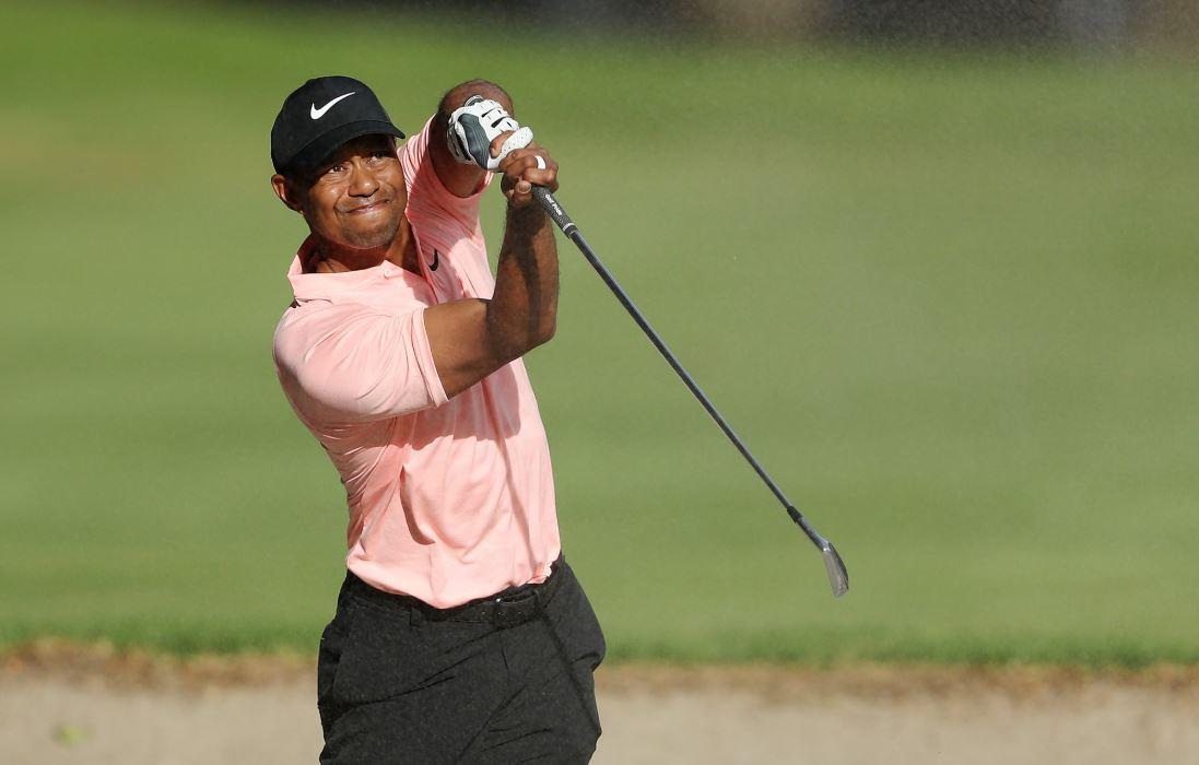 우즈의 9번 홀 벙커샷 이후 동작을 소개하는 PGA 투어 홈페이지 화면 [사진 SNS 캡처]