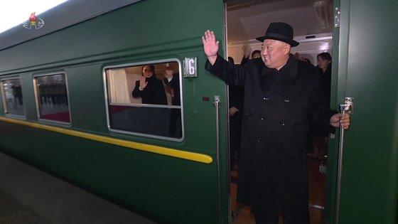 김정은 북한 국무위원장이 지난달 7일 중국을 방문하기 위해 평양 역에서 전용열차에 탑승한 뒤 인사를 하고 있다. [조선중앙TV=뉴시스]
