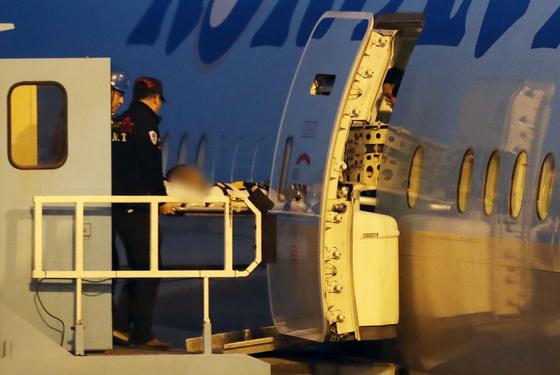 미국 애리조나주 그랜드캐니언에서 추락해 중태에 빠졌던 박모(25)씨가 라스베이거스를 출발, 22일 오후 인천국제공항에 도착해 구급차로 이송되고 있다. [뉴시스]