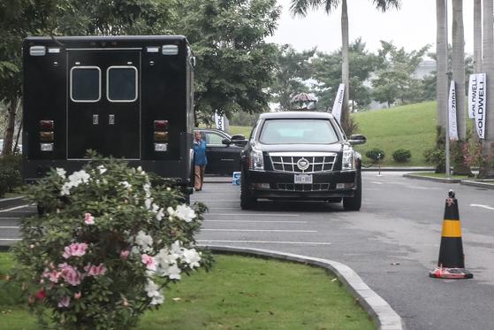 2차 북미정상회담을 나흘 앞둔 23일 오후 도널드 트럼프 미국대통령의 숙소로 유력한 JW메리어트 호텔에 트럼프 대통령의 전용차 '뉴 비스트'가 주차돼 있다.[뉴스1]