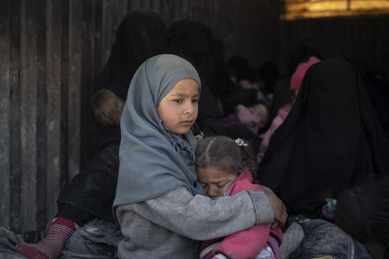 시리아 동부 바구즈에서 이슬람국가(IS) 잔당을 몰아내는 군사작전이 진행 중인 가운데 이곳에 갇혀있던 아이들이 트럭에 실려 다른 지역으로 이동하는 모습. [AP=연합뉴스]