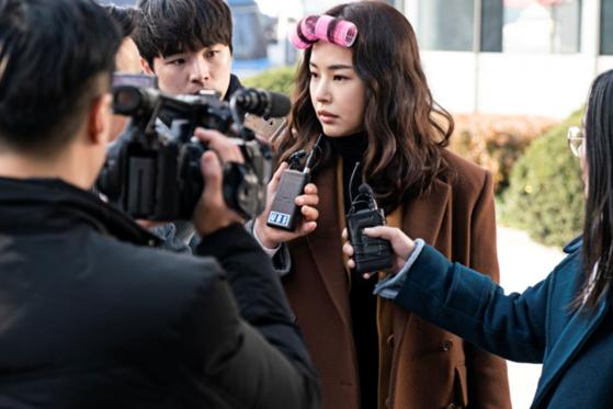 드라마 '열혈사제'에서 열정이 충만한 박경선 검사 역할을 맡아 코믹 연기를 선보이는 이하늬. [사진 SBS]