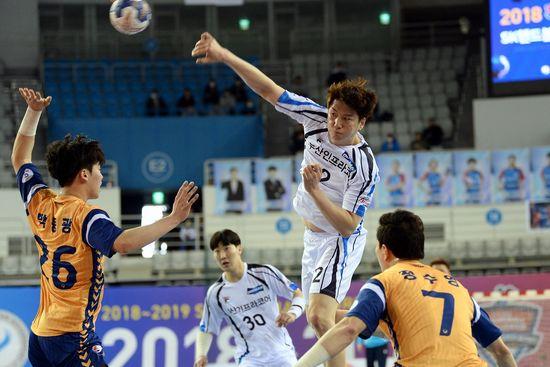 23일 열린 하남시청전에서 슛을 던지고 있는 두산 정의경의 모습. 대한핸드볼협회 제공