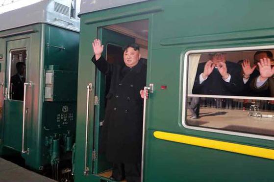 김정은 북한 국무위원장이 베트남 하노이에서 열릴 제2차 북미정상회담 참석을 위해 평양에서 출발했다고 노동신문이 24일 보도했다. 객차의 번호가 없다. [사진 뉴스1]