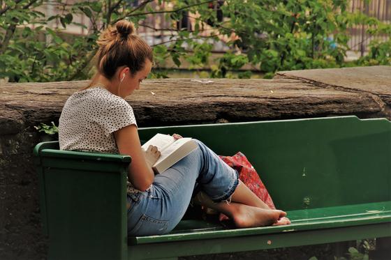 신년이 되면 직원들에게 『이것은 물이다』 를 읽도록 권한다. 해결되지 않을 문제를 잠시 내려놓고 동네 벤치에 앉아 이 책의 원고를 확인했다. 원고를 읽은 후, 좀 전의 나와 지금의 나는 다른 사람이 되어 있었다. [사진 pixabay]