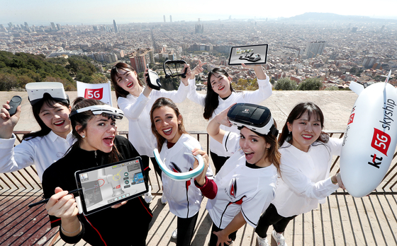 KT 직원과 모델들이 스페인 바르셀로나 벙커(Bunkers del Carmel)에서 MWC 2019 KT 전시관에서 선보일 5G 스카이십, 5G 리모트 콕핏, 5G 360도 비디오 솔루션, 5G AR 서포터 등을 소개하고 있다. 사진 KT