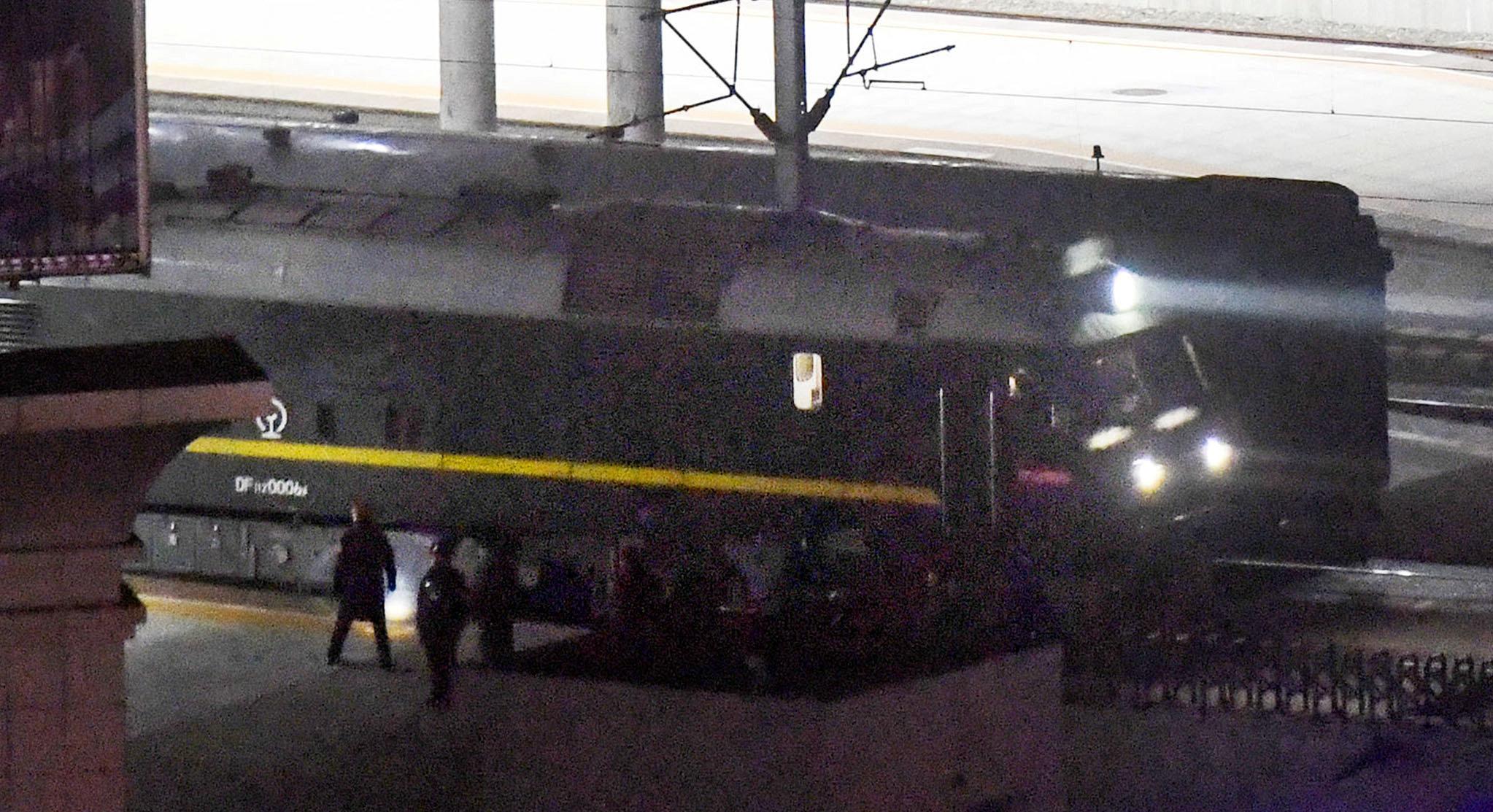 23일 김정은 북한 국무위원장을 태운 것으로 추정되는 열차가 중국 단둥역에서 출발하고 있다. 열차의 중간에 그려진 흰색 원형의 문양이 지난 1월 북중정상회담때 탑승했던 전용열차의 문양과 같다. [로이터=연합뉴스]