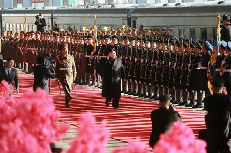 김정은 북한 국무위원장이 출발에 앞서 평양역에서 의장대 사열을 하고 있다. [사진 노동신문]