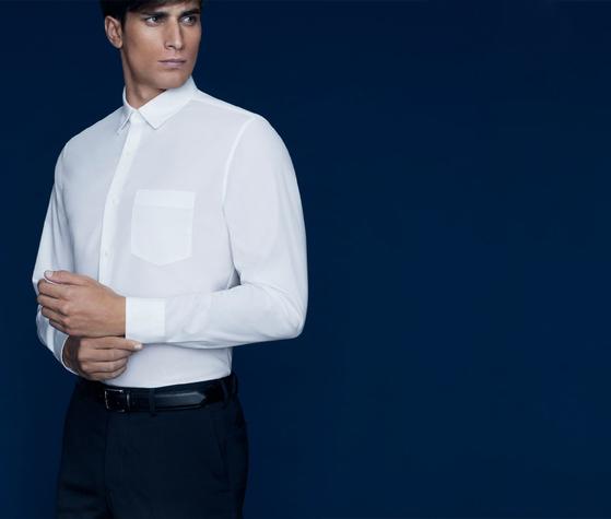 패션업체들이 남성 고객에게 맞춤 또는 맞춤형 셔츠를 제공에 나섰다. 사진은 유니클로가 2월 초 론칭한 맞춤형 셔츠를 판매하는 온라인 서비스 '저스트 사이즈'의 광고 사진. [사진 유니클로]