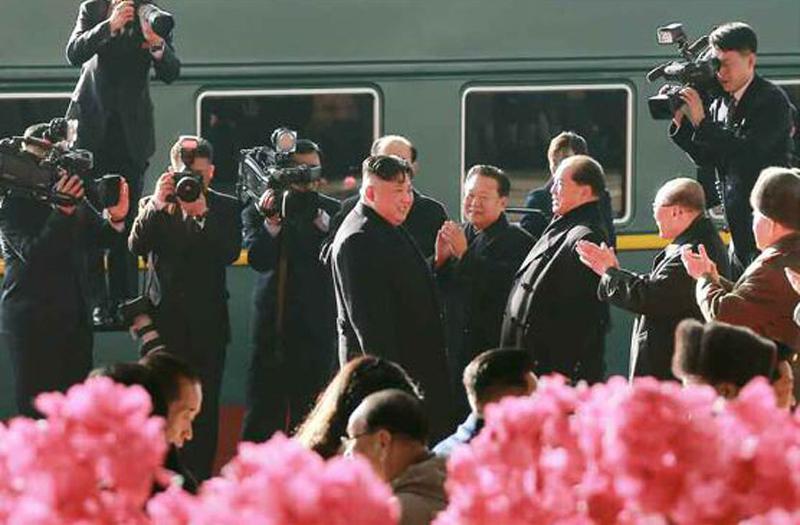 김정은 북한 국무위원장이 베트남 하노이에서 열릴 제2차 북미정상회담 참석을 위해 평양역에서 출발하며 간부들에게 박수를 받고 있다 . [사진 노동신문]