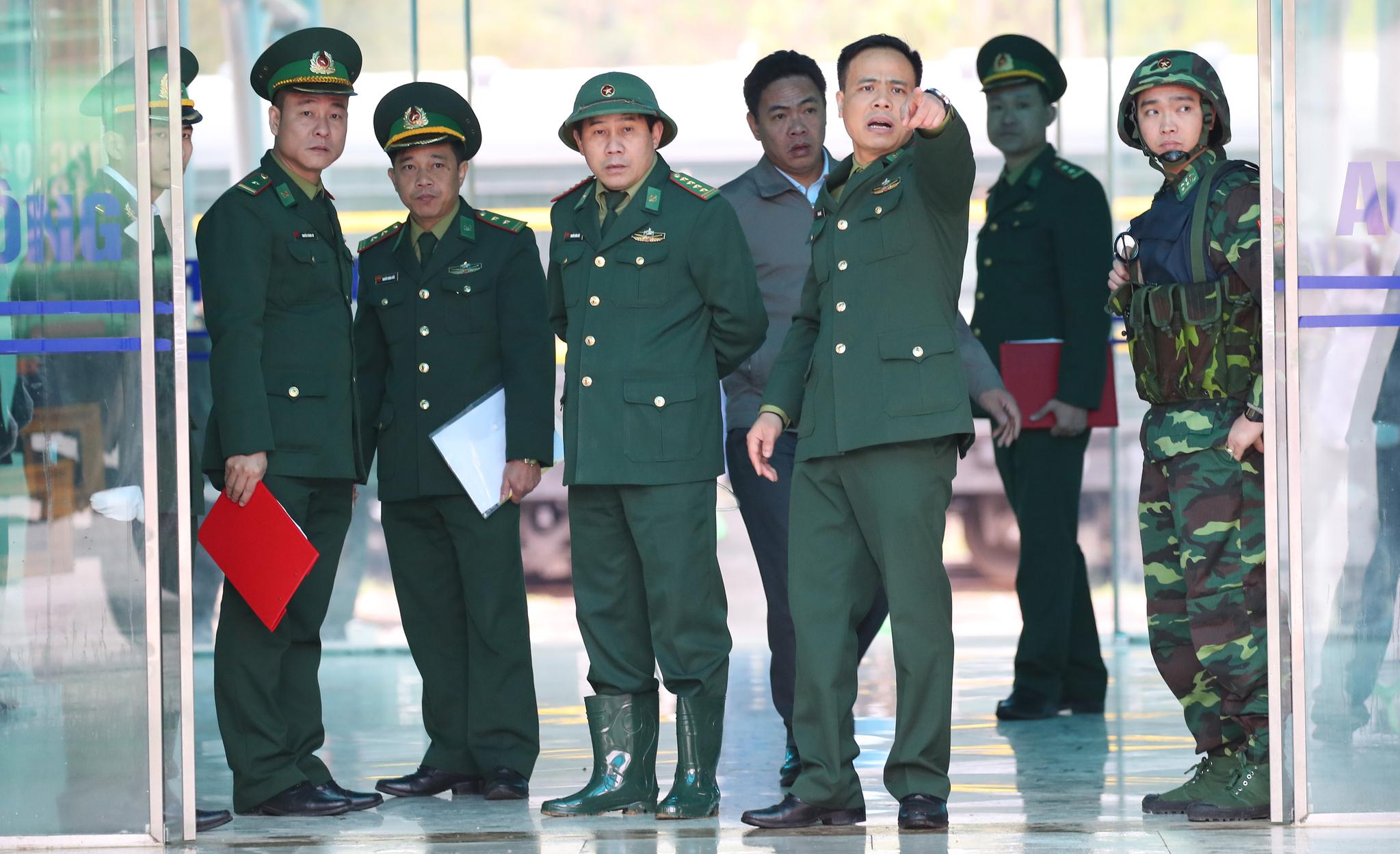 북미정상회담을 나흘 앞둔 23일(현지시간) 오후 중국과 접경지역인 베트남 랑선성 동당역에서 현지 군관계자들이 취재진의 접근을 막고 있다. [연합뉴스]