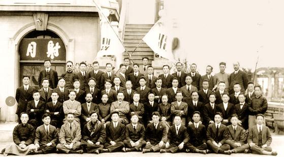 1921년 1월 1일 중국 상하이의 호텔 대동여사(大同旅舍)에서 열린 임시정부 신년축하식 때 촬영된 기념사진 [상하이총영사관 제공=연합뉴스]
