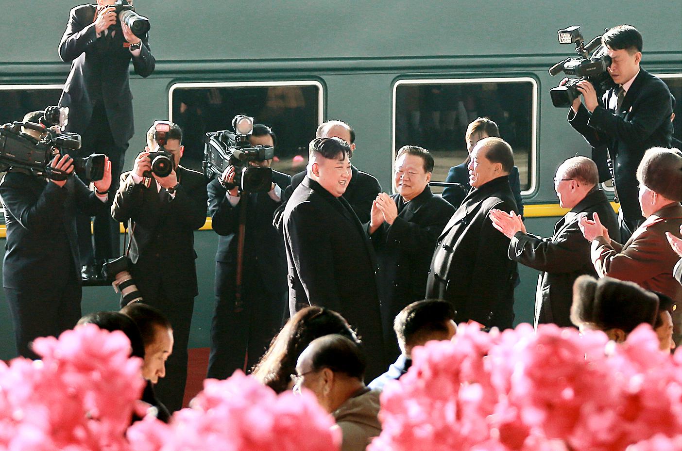 북한 노동당 기관지 노동신문은 24일 김정은 국무위원장이 제2차 북미정상회담이 열릴 베트남 하노이로 출발했다는 기사를 사진과 함께 1면에 게재했다. [연합뉴스]