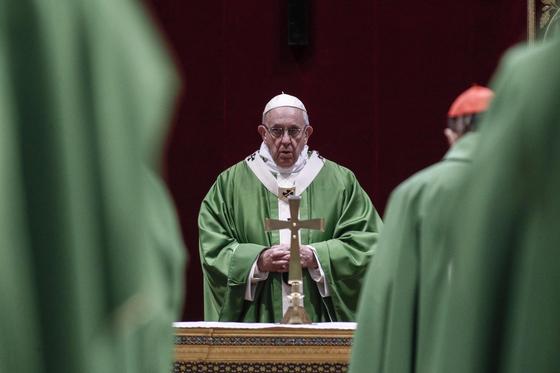24일(현지시간) 교황청의 미성년자 보호회의에 참석한 프란치스코 교황과 주교단. [EPA=연합뉴스]