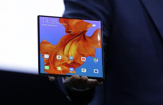 리처드 유 화웨이 CEO가 24일(현지시간) 스페인 바르셀로나에서 화웨이의 첫 5G 폴더블 폰 '메이트X'를 공개하고 있다. [바르셀로나 AP=연합뉴스]