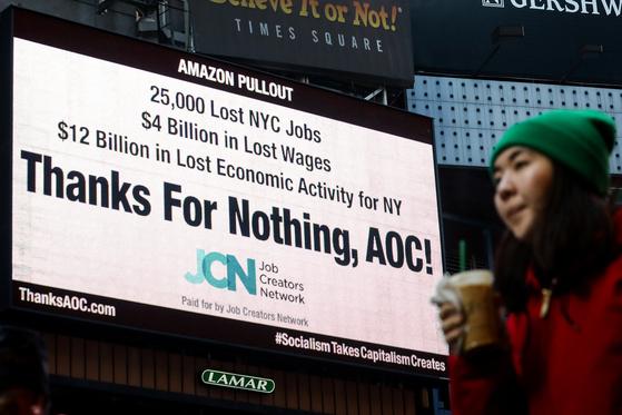 지난 21일(현지시간) 미국 뉴욕 타임스퀘어 한 전광판에 알렉산드리아 오카시오 코르테스 민주당 하원의원을 비판하는 광고가 실렸다. 그는 미 뉴욕 내 아마존 제2본사 유치 반대 운동을 펼친 바 있다. [로이터=연합뉴스]