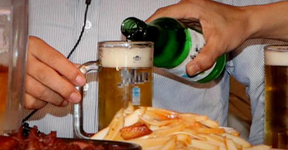 지나친 음주는 술에 의해 열기가 위로 뜨기 때문에 문제가 생긴다. 지나치게 화를 내는 것 역시 기운이 위로 치솟아 눈과 귀가 더 빨리 망가지게 된다. [중앙포토]