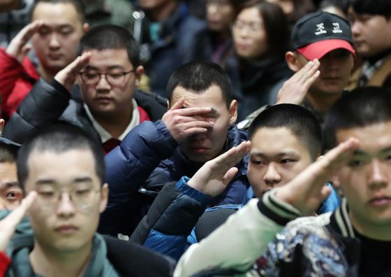 지난 1월 21일 오후 인천시 부평구 육군 17사단 번개부대에서 열린 새해 첫 신병 입영식에서 신병들이 경례하고 있다. [연합뉴스]