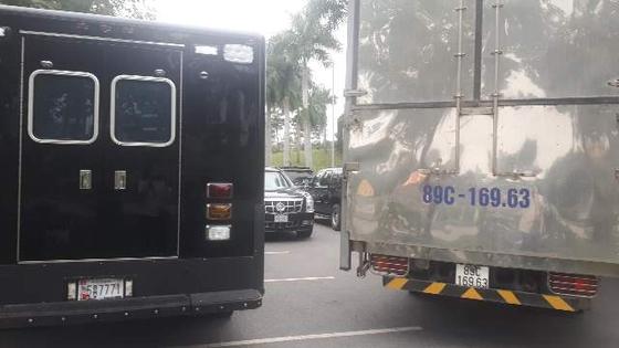 호위차량에 둘러싸인 채 베트남 하노이 JW메리어트 호텔에 주차된 미 대통령 전용 차량 비스트. 사진=이근평 기자