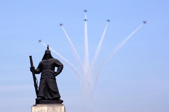 제100주년 3·1절 중앙기념식을 나흘 앞둔 25일 오전 서울 세종대로 광화문광장 상공 위로 블랙이글스가 비행 연습을 하고 있다. [뉴스1]