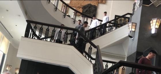 북한 경호원들이 24일 오후 베트남 하노이 호텔에 짐을 풀고 식사를 하기 위해 평상복 차림으로 로비에서 이동하고 있다. 사진=이근평 기자