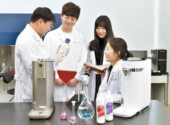 LG전자 창원R&D센터 '물과학연구소'는 한국인정기구(KOLAS) 가 인정한 국가 공인 수질검사 기관이다. LG전자 정수기를 사용하 는 소비자는 일년에 한 번 가정에서 마시는 정수기 물을 이곳으로 보내면 수질검사 결과를 받아볼 수 있다. 사진은 지난 13일 물과학 연구소에서 연구원들이 수집한 건강한 물의 성분을 분석하고 정수기 부품을 검사하는 모습 프리랜서 인성욱