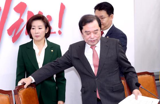 """김병준 자유한국당 비대위원장(오른쪽)이 25일 비상대책회의에 참석하고 있다. 김 위원장은 최근 불거진 당의 우경화에 대해 '극단적으로 가지 않을 것""""이라고 말했다. 왼쪽은 나경원 원내대표. [뉴시스]"""