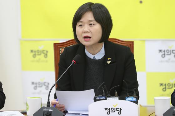 이정이 정의당 대표가 17일 오전 서울 여의도 국회에서 열린 의원총회에서 모두발언을 하고 있다. 뉴스1