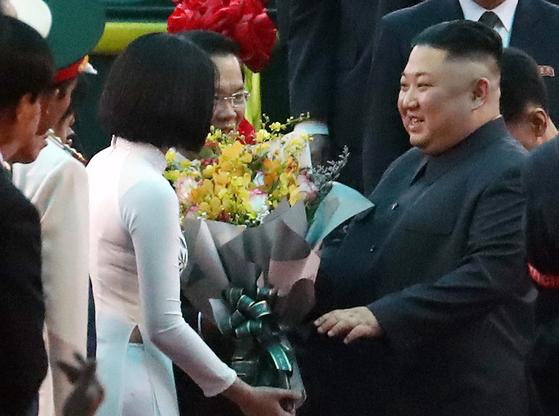 2차 북미정상회담 일정을 하루 앞둔 26일 김정은 북한 국무위원장이 특별열차를 타고 베트남 랑선성 동당역에 도착했다. [뉴시스]