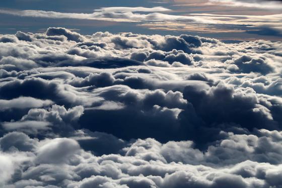 층적운은 하층이 지상 500m, 상부인 구름 마루가 지상 2000m에서 형성되는 하층운이다. 지구 대양의 20%를 가리고 있어, 온도 유지에 중요한 역할을 하는 것으로 알려졌다. [청와대사진기자단]