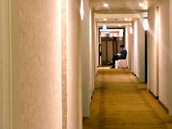 23일 '뒤파크' 호텔 4층 협상장 가림막 앞에 김혁철 추정 남성이 앉아있다. 가림막 위로 미국 협상단 일원이 고개를 내밀어 그를 살짝 쳐다봤다. 하노이=백민정 기자
