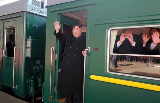 24일 평양을 출발하기 위해 전용열차에 올라타 손을 흔드는 김 위원장의 모습. [노동신문]