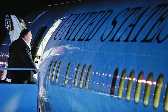 마이크 폼페이오 미국 국무장관이 베트남 하노이에서 열리는 북·미 정상회담 참석을 위해 24일(현지시간) 밤 미국 워싱턴DC 인근 메릴랜드주 앤드루스 공군기지에서 비행기에 탑승하고 있다. [AP=연합뉴스]