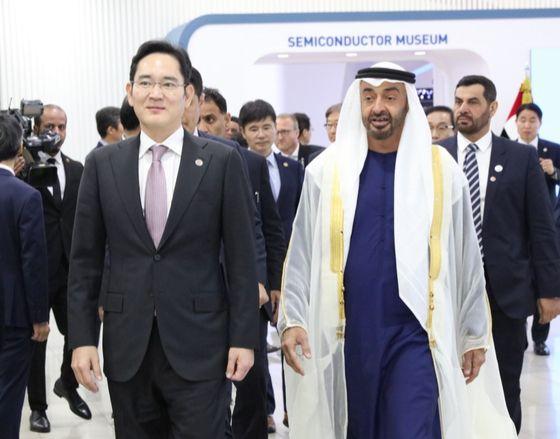 이재용 부회장이 삼성전자 화성 공장을 찾은 모하메드 UAE 왕세제를 안내하고 있다. [사진 삼성전자]
