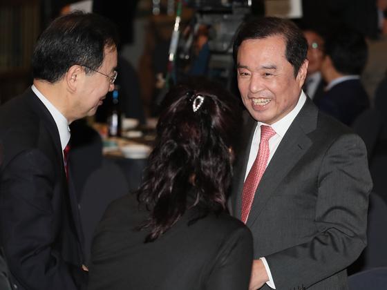 자유한국당 김병준 비상대책위원장이 25일 오후 서울 마포구 케이터틀에서 열린 김 위원장의 지지모임인 '징거다리 포럼'의 창립식에서 참석자들과 인사를 나누고 있다. 연합뉴스
