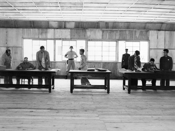 1953년 7월 27일 유엔군과 공산군 대표가 판문점에서 정전협정에 서명하고 있다. [사진 국가기록원]