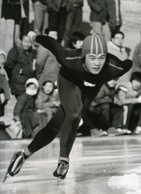 한국 스피드스케이팅의 1세대 스타였던 이영하 전 국가대표 감독이 25일 당낭암으로 타계했다. 사진은 제58회 전국 동계체전 빙상경기 남자 대학부 5천미터에서 역주하는 이 전 감독. [연합뉴스]