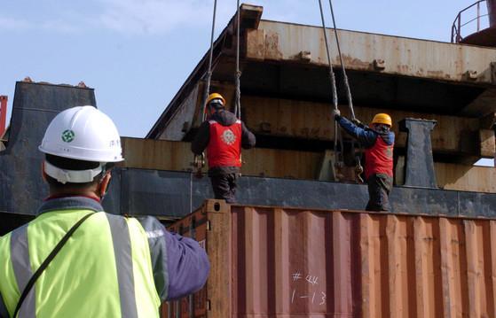 부산항 4부두에서 항운노조 조합원들이 선적작업을 하고 있다. [중앙포토]
