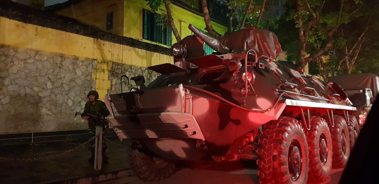 26일 베트남 하노이 김정은 위원장의 숙소로 유력한 멜리아 호텔 주변에 장갑차를 동원한 병력이 배치되어 있다. [연합뉴스]