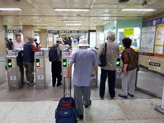 서울 지하철에서 노인들이 승차하고 있다. [중앙포토]