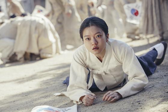 영화 '항거:유관순 이야기'에서 주연을 맡은 배우 고아성. 만세운동에 나섰던 유관순의 과거 회상은 이처럼 컬러로, 감옥에 수감된 그의 현실은 흑백영상으로 표현했다. [사진 롯데엔터테인먼트]