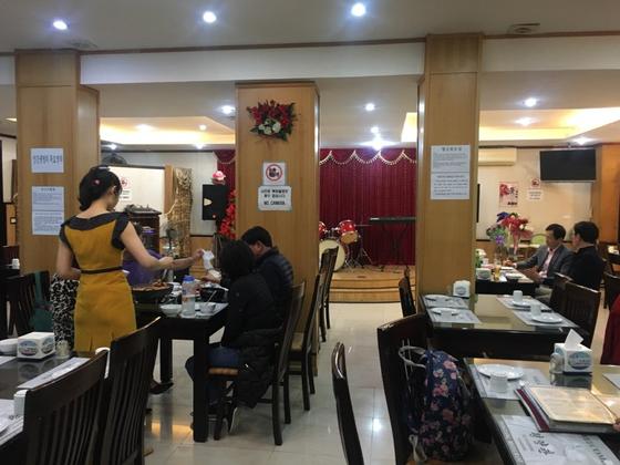 지난 23일 베트남 하노이의 북한식당 '평양관' 내부 모습. 북한 여종업원은 한국 손님들과 스스럼없이 대화를 나눴다. [백민정 기자]