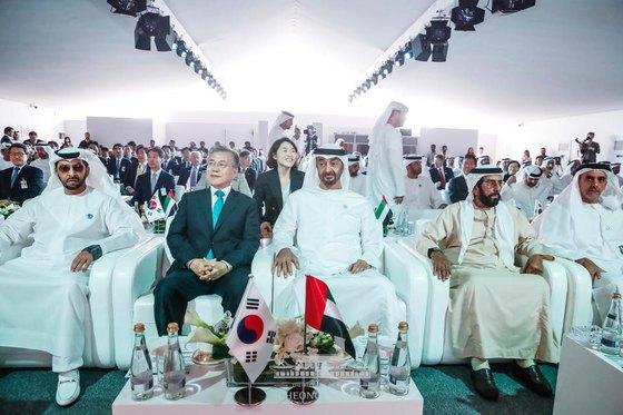 아랍에미리트(UAE)를 공식 방문 중인 문재인 대통령과 모하메드 빈 자이드 알 나흐얀 왕세제가 지난해 3월 26일(현지시간) 바라카 원전 1호기 건설완료 행사에 참석해 나란히 앉아있다. (청와대 페이스북)