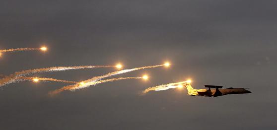 I지난 16일(현지시간) 인도 공군이 '바유 샤크티 2019'라 불리는 공군 훈련을 파키스탄 국경과 가까운 곳에서 진행했다. 사진은 공중조기경보기(AWACS)가 미사일을 회피하기 위해 플레어를 뿌리는 훈련을 하고 있는 장면. [AP=연합]