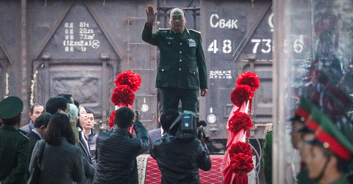 25일(현지시간) 김정은 북한 국무위원장이 특별열차편으로 도착할 것으로 예상되는 베트남 랑선성 동당역에서 베트남 관계자들이 김 위원장 의장대 사열식 사전 예행연습을 하고 있다. [뉴스1]
